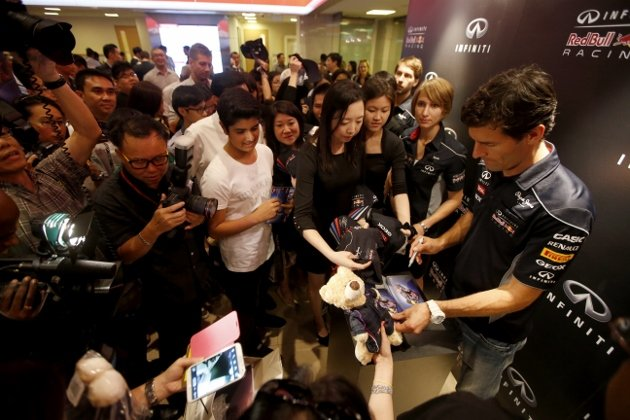 Webber-signing-autographs-at-Infiniti-cocktail-reception-630x420