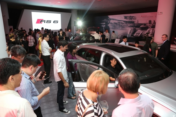 Guests experience Audi RS 6 Avant at Audi Centre on 5 Dec._3 (600x400)