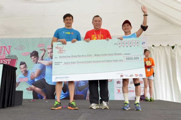 Mr See Hak Loo walks away with a whooping $88,888 in cash by winning the giant hong bao in the MediaCorp Hong Bao Run (600x399)